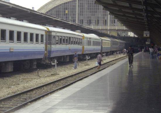 0208ファランポーンホーム駅客車+ポリスホームjpg.jpg